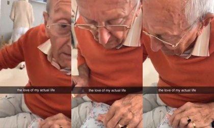 """Este abuelo visita a su nieta en el hospital tras una operación y le pinta las uñas para """"hacerle sentir mejor"""""""