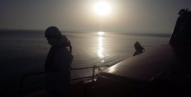 La Salvamar Hamal rescata a 30 imigrantes de una patera en el Mar de Alborán, en una imagen de archivo