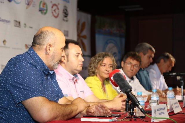 Foto de la presentación del XXII Descenso Inrernacional del Cinca en Piragua, que ha tenido lugar este miércoles en Mequinenza, donde se  han reclamado actuaciones urgentes para la retirada de algas y lodos durante la prueba.