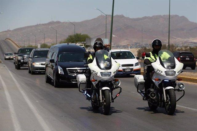 Un coche fúnebre traslada a México el cuerpo de una de las víctimas del tiroteo en El Paso