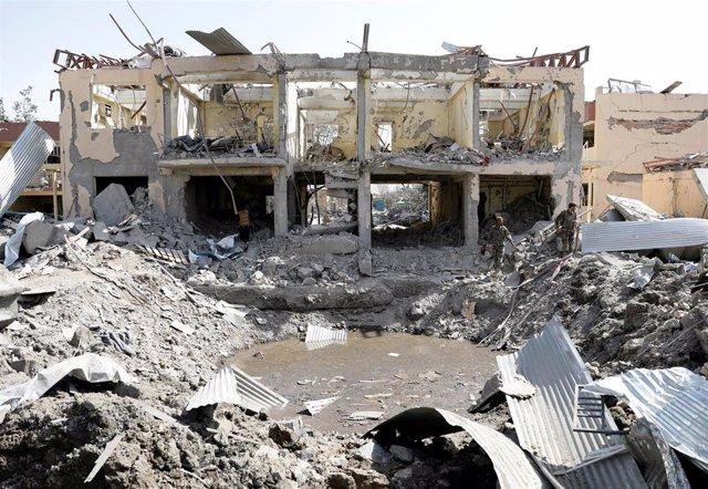 Personal militar de Afganistán buscando sobrevivientes entre los escombros que dejó el atentado de los talibán