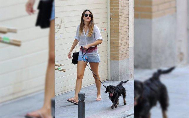 La actriz Blanca Suárez paseando a su perro Pistacho