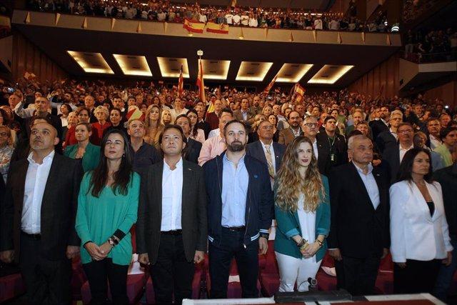 (I-D) El líder de VOX en Baleares, Jorge Campos, el presidente de Vox, Santiago Abascal, y la candidata al Congreso por Baleares, Malena Contestí, en el acto electoral de VOX en el Auditorium de Palma de Mallorca