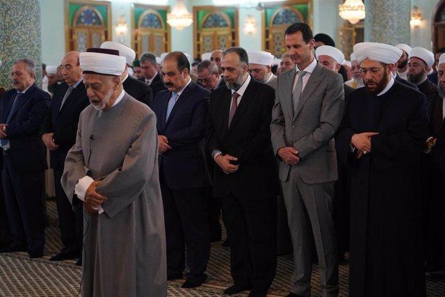 Bashar al Assad durante un rezo