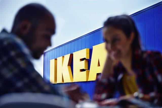 Pareja en una tienda IKEA