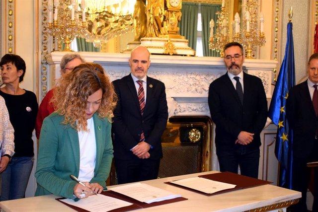 La ministra de Política Territorial, Meritxell Batet, firma con los sindicatos el IV Convenio Único para el personal laboral de la Administración en la sede del Ministerio.