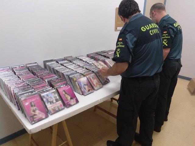 Películas con contenidos pornográficos incautadas por la Guardia Civil en bazares de Navarra