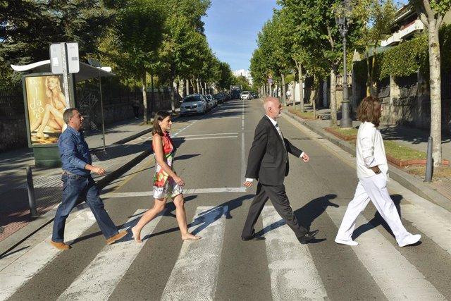 La alcaldesa recrea la portada del disco 'Abbey Road'
