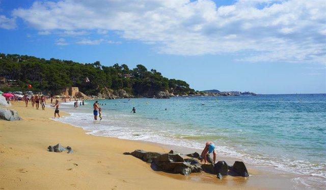 """La ACA califica de """"excelente"""" la calidad del agua de las playas de Calonge y Sant Antoni."""