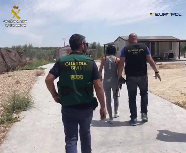 La Guardia Civil ha desarticulado una organización internacional dedicada al robo y venta ilegal de vehículos entre España y varios países europeos, según ha informado el Instituto Armado en nota de prensa.