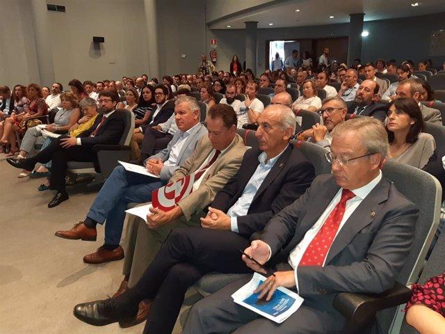 Autoridades y otros asistentes en la Jornada de AJE en la Fidma