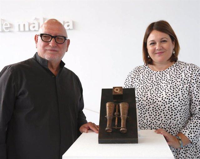 La vicepresidenta cuarta y diputada de Innovación Social de la Diputación de Málaga, Natacha Rivas, presenta el premio para emprendedores sociales, que recibirá una escultura de Antonio Suárez Chamorro.