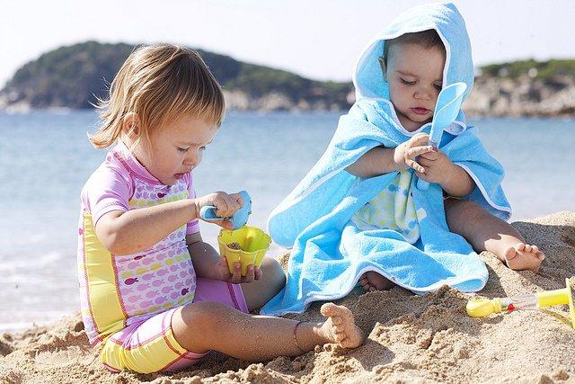Si se va a la playa con niños se deben evitar las horas del mediodía