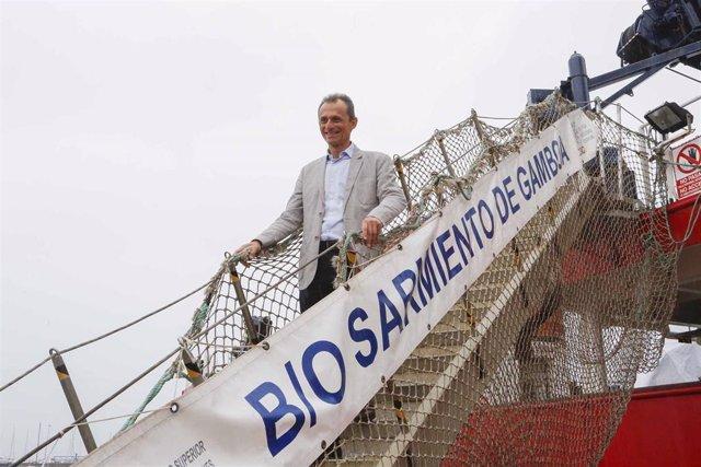 El ministro de Ciencia y Universidades en funciones, Pedro Duque, durante su visita al BIO 'Sarmiento de Gamboa' en Vigo antes de zarpar para la realización de la Campaña Blue-Nodules.