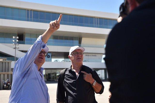 (I-D) El director de La Marina de València, Vicent Llorenç y el alcalde de Valencia, Joan Ribó, durante la visita por diferentes zonas de La Marina de València.