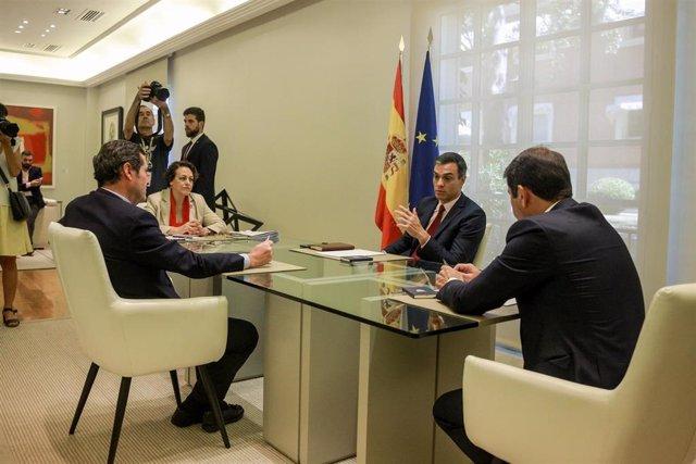 (I-D) El presidente de la CEOE, Antonio Garamendi; la ministra de Trabajo en funciones, Magdalena Valerio; el presidente del Gobierno en funciones, Pedro Sánchez, y el  presidente de CEPYME, Gerardo Cuerva, durante su reunión en La Moncloa.