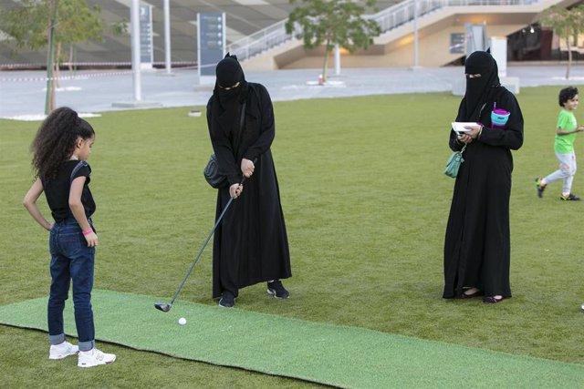 Mujeres juegan al golf en Arabia Saudí