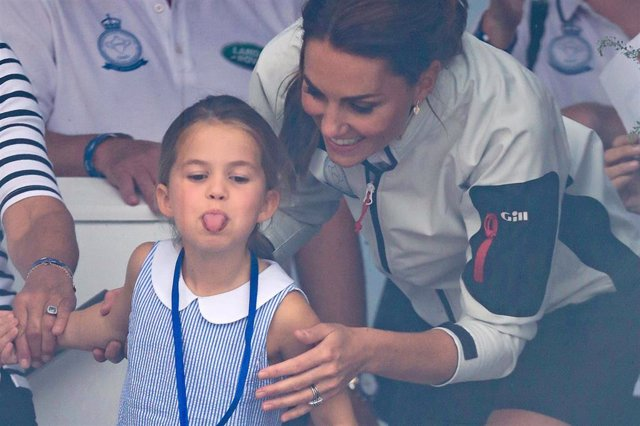 Kate Middleton con la princesa Charlotte en la regata solidaria The King's Cup