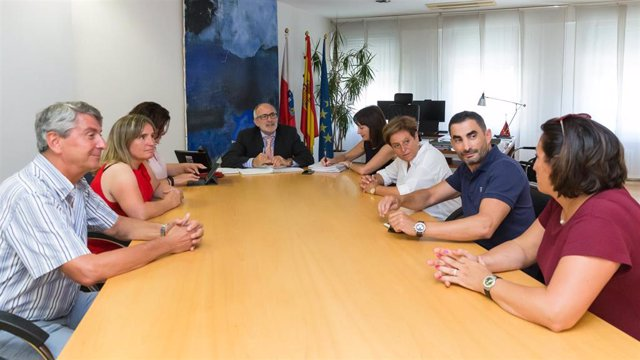 El consejero de Sanidad, Miguel Rodríguez, y  la gerente del Servicio Cántabro de Salud (SCS), Celia Gómez, con los representantes de la Federación de Servicios Públicos de UGT