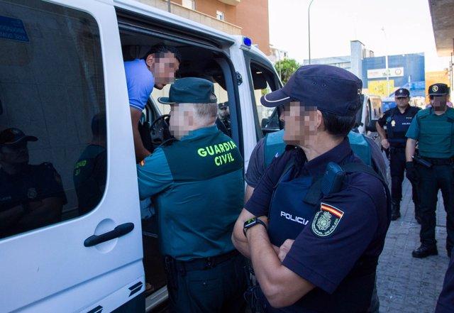 Uno de los detenidos por su presunta relación con el apuñalamiento al jefe de la Policía Local de Punta Umbría.