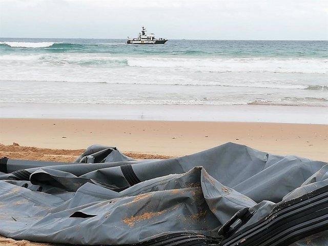 Patera naufragada en Conil y dispositivo de búsqueda de un inmigrante desaparecido - Foto de archivo