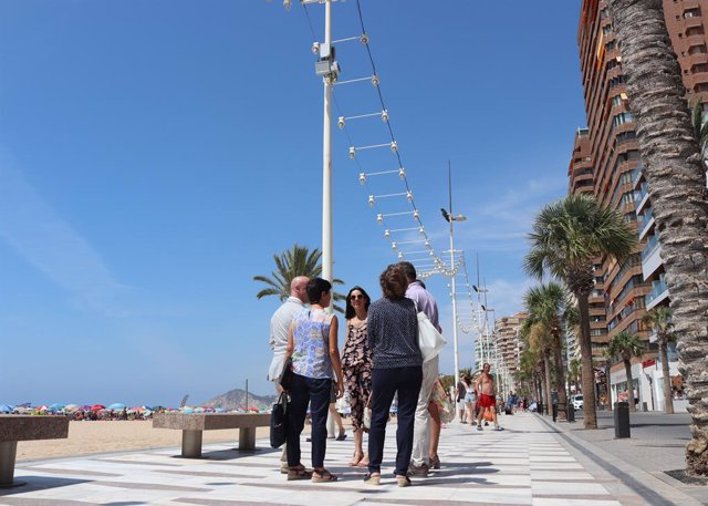 Una de las 'small cells' que mejoran la calidad de señal de navegación en las playas colocada en una de las farolas.