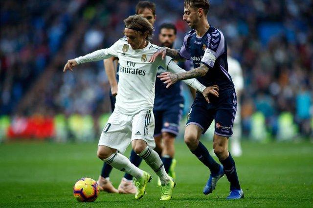 Fernando Calero persigue a Luka Modric en el Real Madrid-Valladolid de LaLiga Santander 2018-2019
