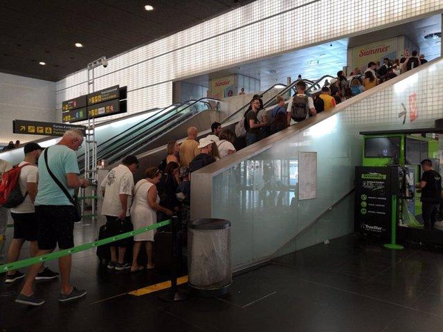 Cues en la T2 de l'Aeroport del Prat de Barcelona
