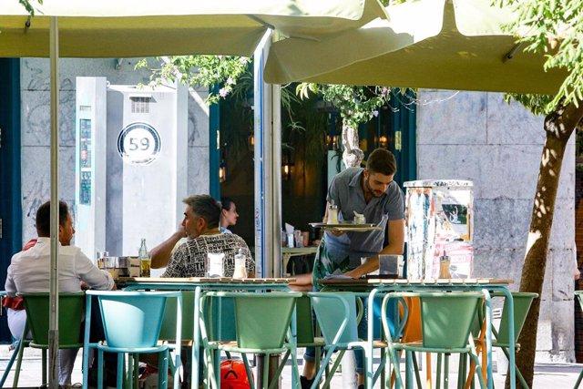 Un camarero trabaja en una terraza de Madrid durante la época estival.