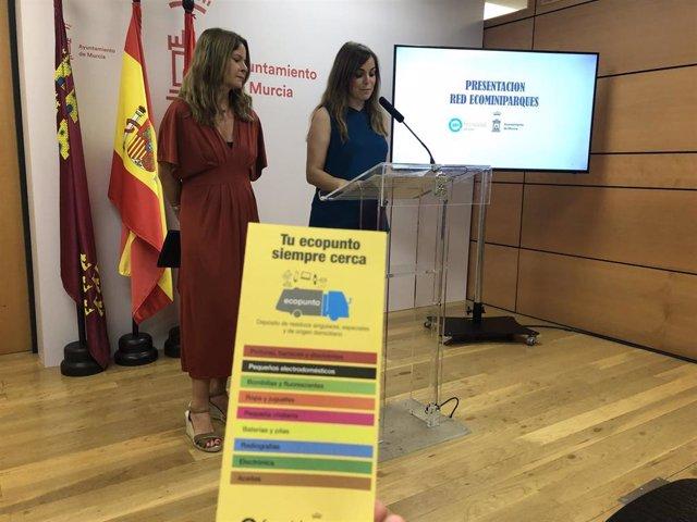 Inmaculada Palazón, de Ferrovial Servicios; y la concejala de Movilidad Sostenible y Juventud, Rebeca Pérez, presentan el proyecto de creación de los ecominiparques y hace balance de los residuos recogidos en los ecoparques y ecopuntos