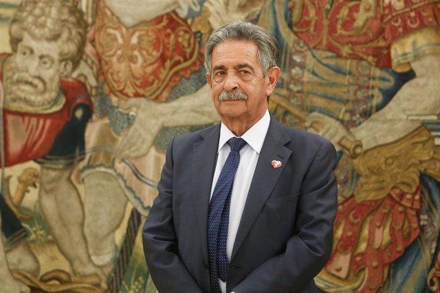 El presidente de Cantabria, Miguel Ángel Revilla, espera en el Palacio de la Zarzuela a ser recibido por el Rey.