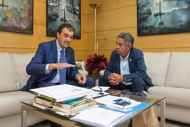 Revilla con el alcalde de Alfoz de Lloredo