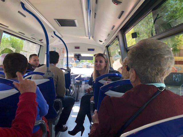 Usuarios en el interior del transporte urbano en Alcalá de Guadaíra.