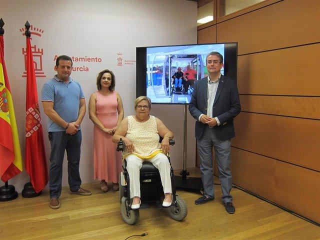 Pacheco junto al presidente de los feriantes de Murcia y las presidentas de Asteamur, Nani Martínez, y de la Plataforma Representativa Estatal de Personas con Discapacidad Física en la Región, Lola Valverde