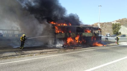 Arde en la AP-7 en Mijas un autobús en el que viajaban unas 45 personas, que resultan ilesas