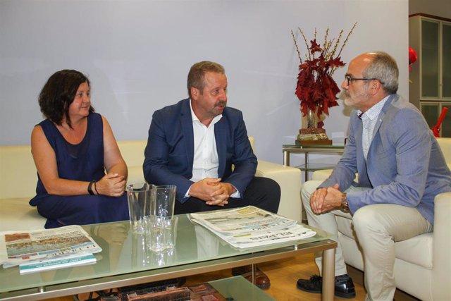 El consejero de Sanidad, Miguel Rodríguez, recibe al presidente de la Mancomunidad de Liébana y Peñarrubia, Julio Cires