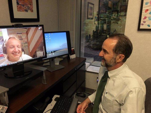 Los coinvestigadores Anthony Bleyer y Stanislav Kmoch utilizan Skype para colaborar eficazmente en la investigación. El uso de Skype, el envío urgente e Internet desempeñó un papel clave en la unión virtual de científicos, médicos y pacientes.