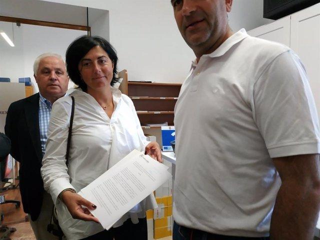 La portavoz del PP en la Diputación de Lugo, Elena Candia, acompañada de los otros once diputados provinciales, registra la petición de un pleno extraordinario.
