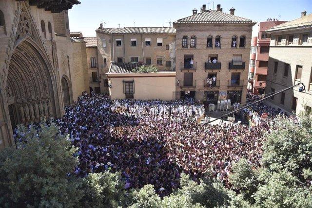 Vista general de la Plaza de la Catedral de Huesca -abarrotada de gente- momentos antes del tradicional chupinazo que marca el inicio de las Fiestas de San Lorenzo.