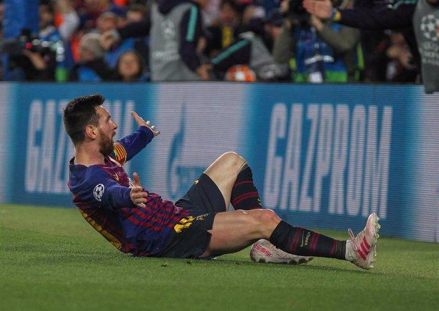 Leo Messi celebra la falta del 3-0 ante el Liverpool