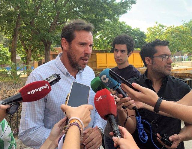El alcalde de Valladolid, Óscar Puente, atiende a los medios de comunicación