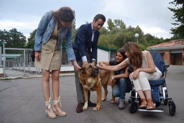 Visita de miembros del equipo de gobierno al Albergue de Animales.