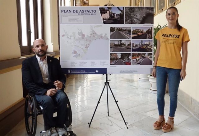 El concejal de Ordenación del Territorio, Raúl López, en una presentación reciente de un plan en los distritos junto a la portavoz del PP en el Ayuntamiento y edil de Empleo, Elisa Pérez de Siles.
