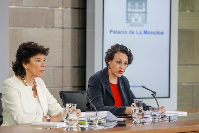 (I-D) La ministra portavoz del Gobierno, Isabel Celaá, y la ministra de Trabajo, Migraciones y Seguridad Social en funciones, Magdalena Valerio, comparecen ante los medios de comunicación tras la reunión del Consejo de Ministros en Moncloa.