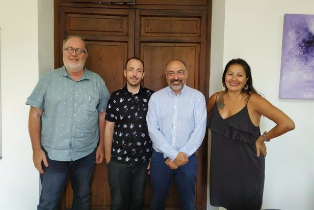 El conseller de Turismo y Deportes, Andreu Serra, reunido con miembros de la Atlàntida Film Festival.