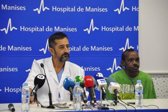 El doctor Cavadas con el paciente keniano Lonunuko