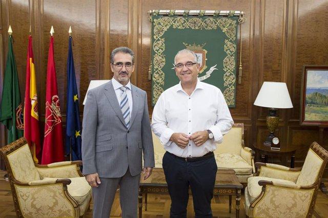 El alcalde de Pamplona, Enrique Maya, y el presidente de la Asociación de Trabajadores Autónomos de Navarra, Juan Carlos Equiza