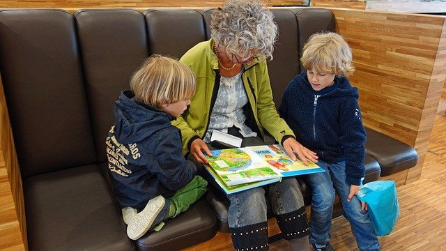 Abuela leyendo un libro a sus nietos