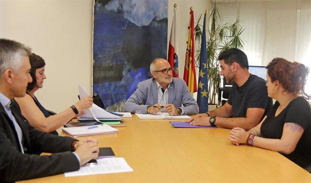 El consejero de Sanidad, Miguel Rodríguez, recibe al alcalde de Valle de Villaverde, Javier Pérez.