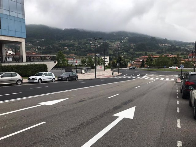 Carretera que lleva al HUCA, en Oviedo, recién reparada.